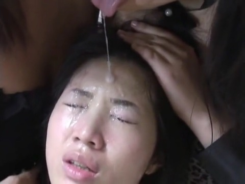 顔面を唾まみれにされる童顔少女
