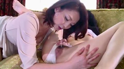 唾を垂らす熟女