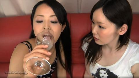 大量唾液を飲む女