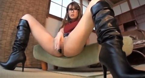 ブーツでM字開脚するメガネ女子