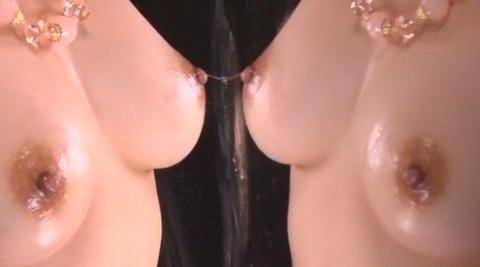 巨乳から糸を引く唾液