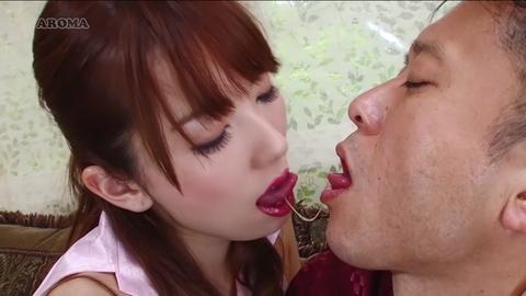 唾液が糸引く濃厚接吻をする波多野結衣