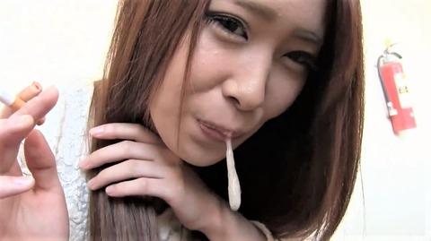 喫煙女性の白く濁った唾