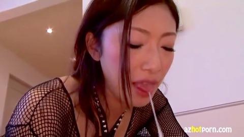 唾を垂らす痴女