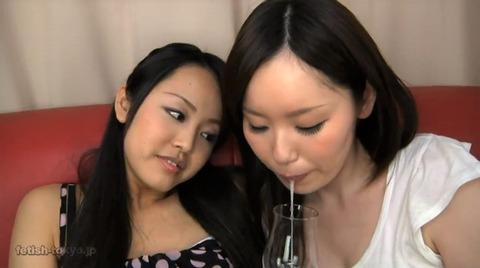 ワイングラスに唾液を溜める女