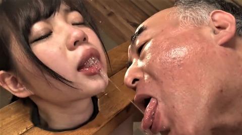 斉藤みゆの唾液を飲む杉浦ボッ樹