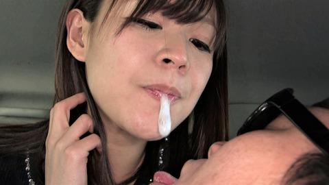 唾を飲ませるヘビースモーカー女