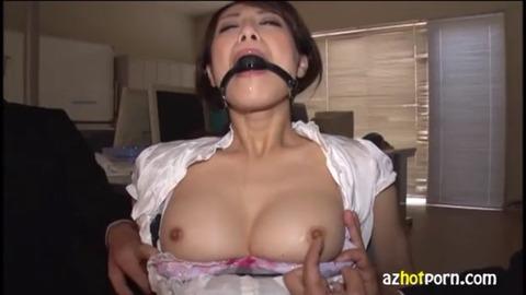 ボールギャグから涎を垂れ流す巨乳熟女
