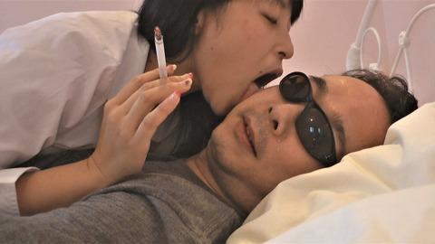 喫煙しながら顔舐め