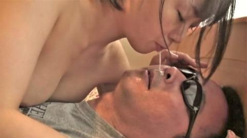 男の顔に唾を垂らす羽月希