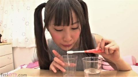 愛野ももなが歯ブラシで舌磨き