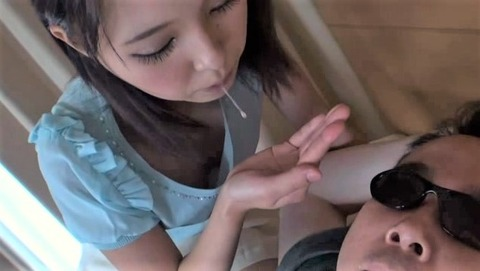 カワイイ童顔娘のツバ垂らし