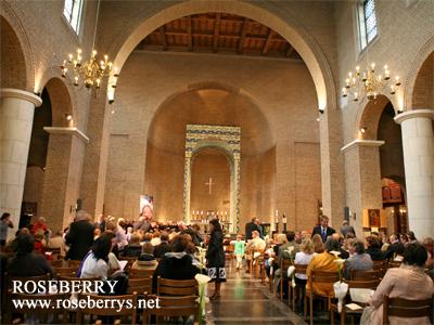 天井が高くて、聖歌隊の歌が綺麗に響きます♪