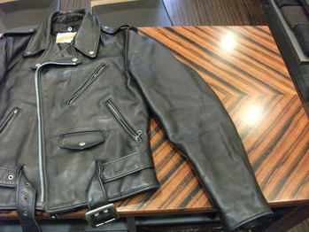 レザージャケット 『両側で袖幅つめ』