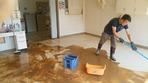 一味園居室   泥取り清掃中