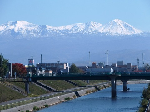 令-10-18旭橋から牛朱別川旭岳連峰冠雪2