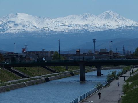 令2-5-15旭橋から牛朱別川旭岳連峰残雪