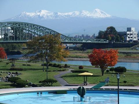 令-10-18新橋から旭橋公園紅葉と旭岳連峰冠雪2