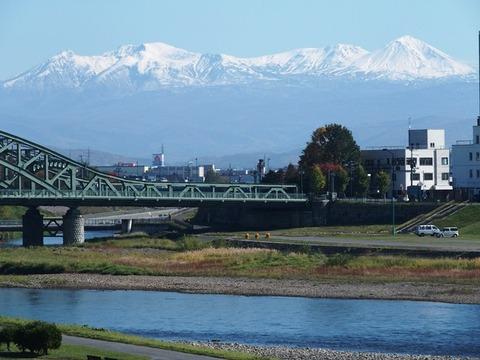 令-10-18新橋から石狩川と旭岳連峰冠雪