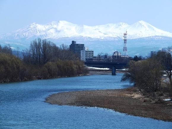 令和3-4-11旭西橋から石狩川、旭岳連邦残雪