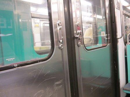 地下鉄のドア