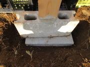 か:支柱のブロックを入れる穴を掘る
