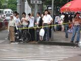 上海3_可愛い上海人の道の渡り方1