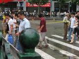 上海4_可愛い上海人の道の渡り方2