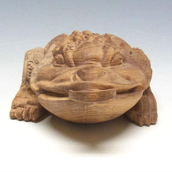 紅豆杉/赤豆杉(ベニマメスギ) 三本足のかえる 銭蛙(ぜにがえる) 高さ:5cm (販売・木彫り)