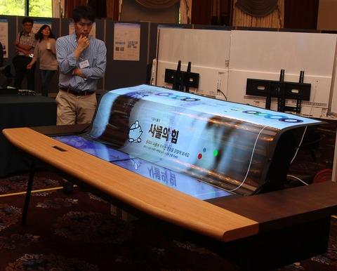 LG、透明で折り曲げ可能な77型4K有機ELディスプレイを発表!