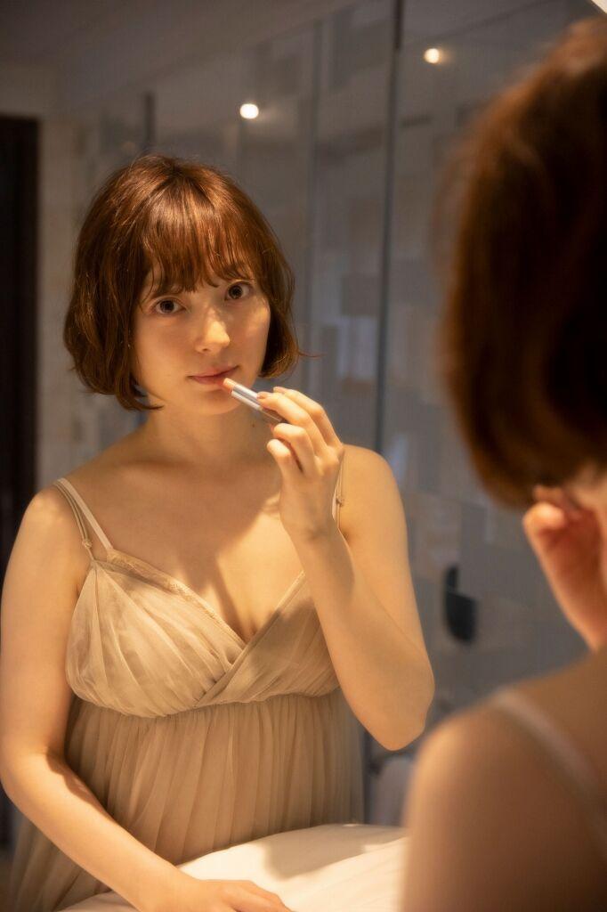 【朗報】花澤香菜、最新写真集でセクシーな衣装を着る