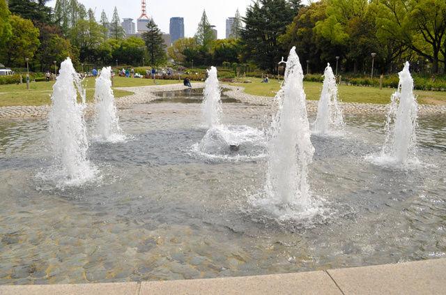 【マジか…】公園の噴水、4歳女児の股間を直撃し重傷…水圧の威力