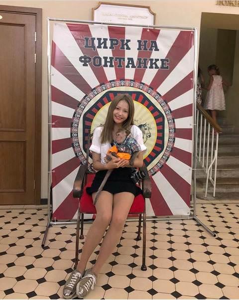 【いつもの】韓国女優がロシア旅行で集中線の描かれた背景の前で写真撮影→「旭日旗だ!」と批判殺到し削除