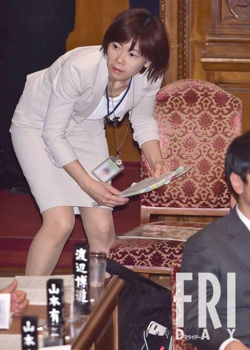 【話題】「上野樹里似」大荒れコロナ国会で厚労大臣を支える美女の秘密