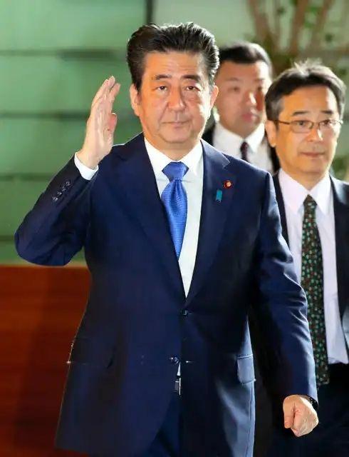 【画像】安倍首相、気合い入れすぎて変な髪型になってしまう