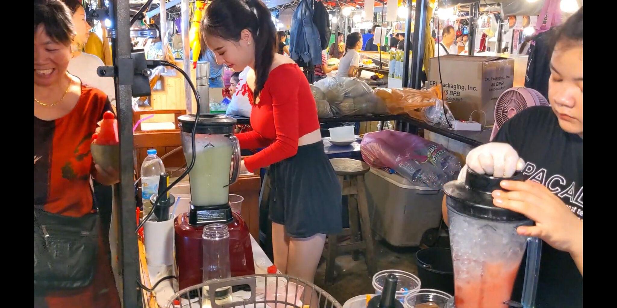 【画像】タイの屋台のお姉さん、エッチすぎる