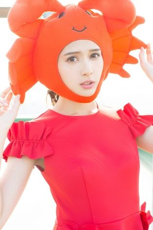 【芸能】抜群のスタイルで雑誌を席巻したアンジェラ芽衣、高志の紅ガニコスプレで2019年の抱負「一皮むける!」