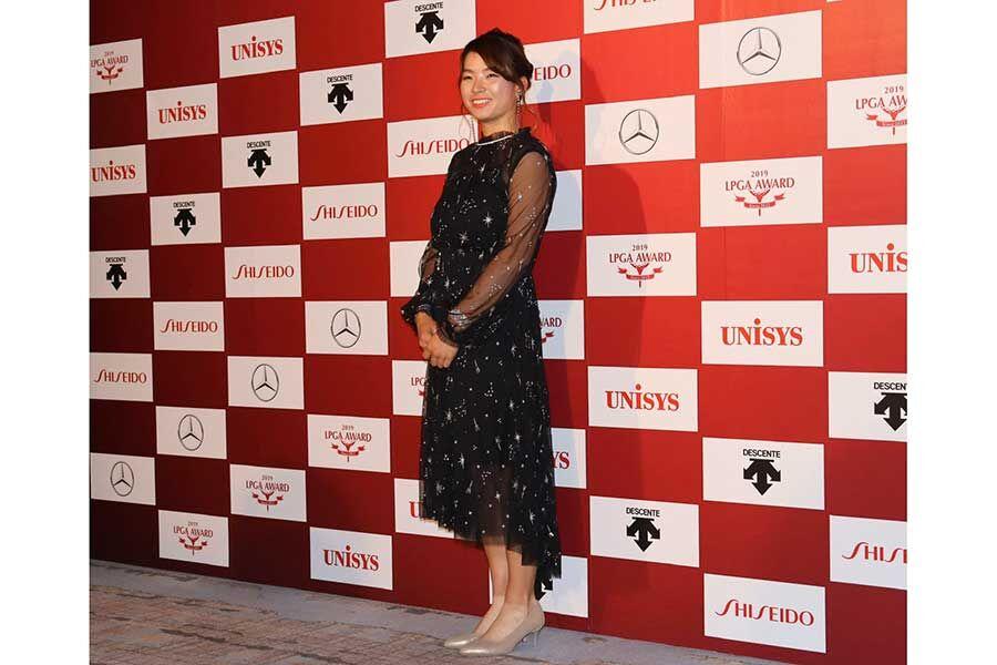 【ゴルフ】渋野日向子、黒のシースルードレス姿に照れ笑い「可愛いので恥ずかしい」 年間表彰式に出席