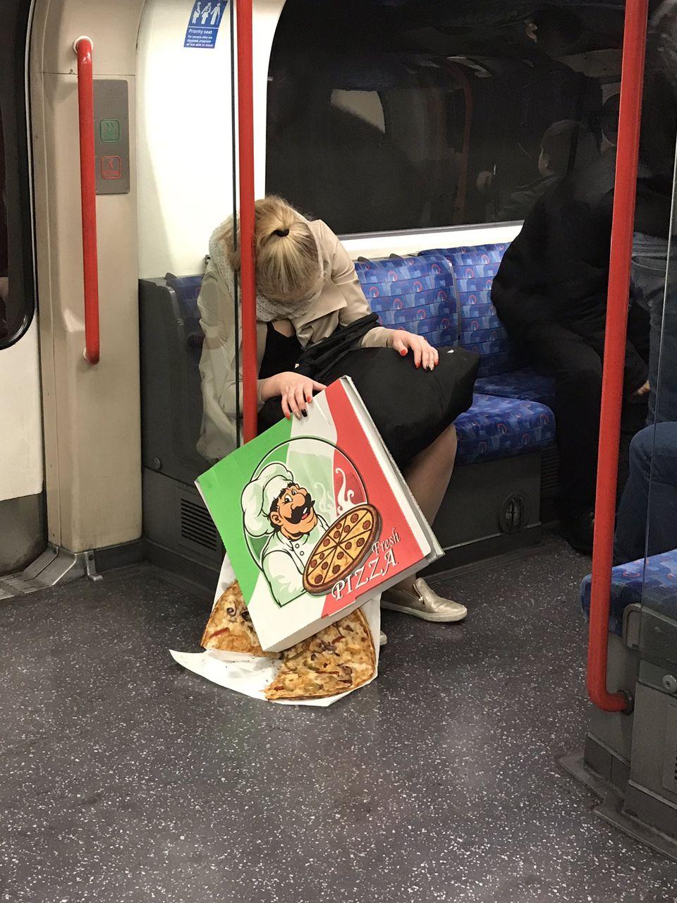 【悲報】まんさん、電車内でピザをぶちまけてしまうwwwwww