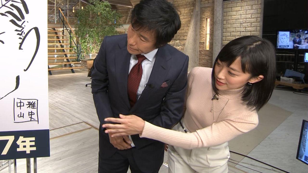 【悲報】報ステ竹内由恵アナ、おっぱいを当てに来る