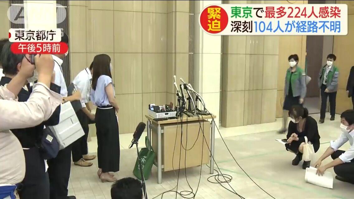 【画像】小池都知事の会見、エロエロな女記者が現れる