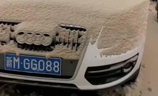 【中国】大気汚染のせいで新疆ウイグルにとんでもない色の雪が降る(写真あり)