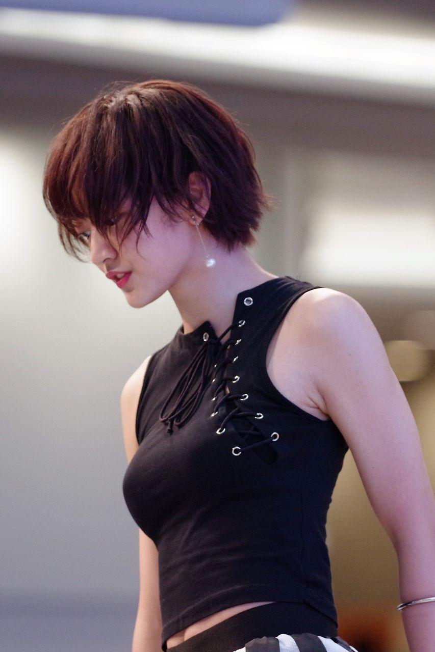 【画像】ショートカット+たわわ+タンクトップって最高だよな!!