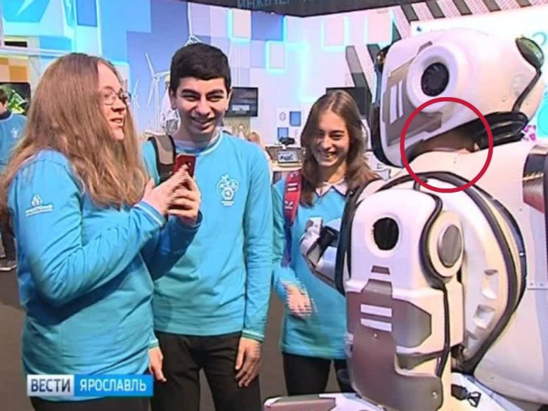 【悲報】ロシアの国営TVが報じた「最先端ロボット」、中の人が特定されてしまうwwwwwwwwwwww