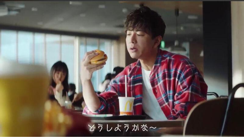 【画像】キムタクのハンバーガーの持ち方カッコ良すぎてワロタwwwwwwwwwwwwwwwwwwwwwwwwwwww