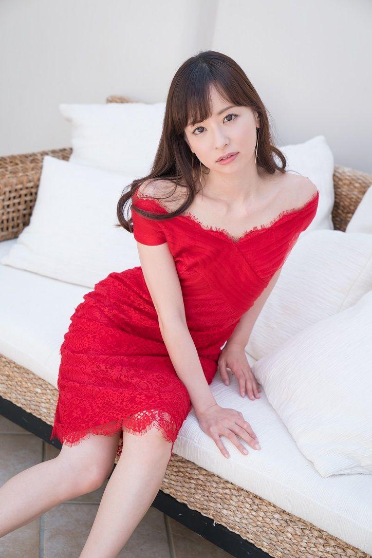 【女子アナ】皆藤愛子アナ、真っ赤なワンピで美脚披露 3冊目のソロ写真集発売