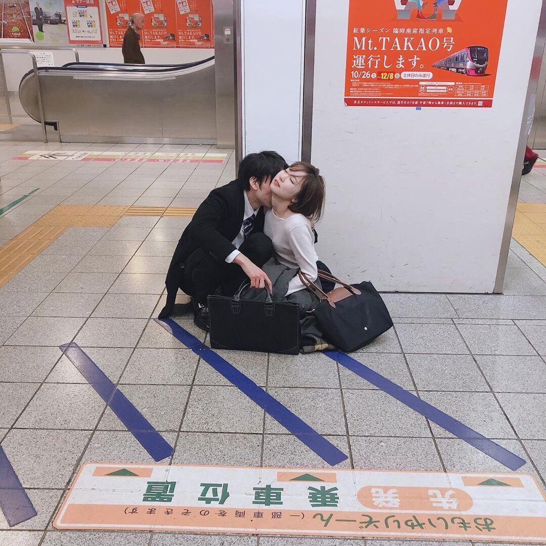 【悲報】綺麗なお姉さん、駅のホームでイチャイチャ