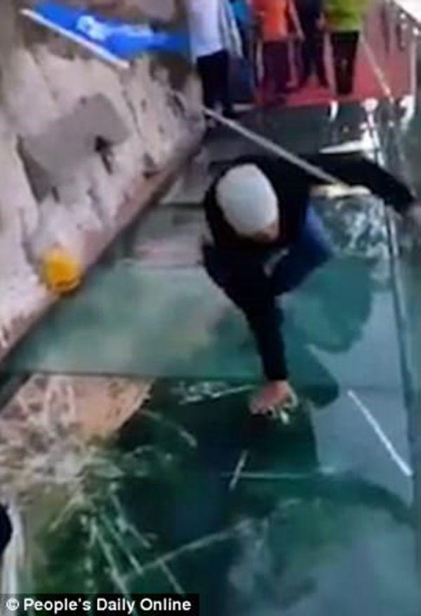 【動画あり】中国のガラスの橋にヒビが入って腰が抜ける人が話題に!