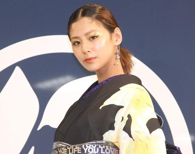"""【芸能】西内まりや、大好きな""""ゆり""""の黒浴衣姿 初めて自身でデザイン"""