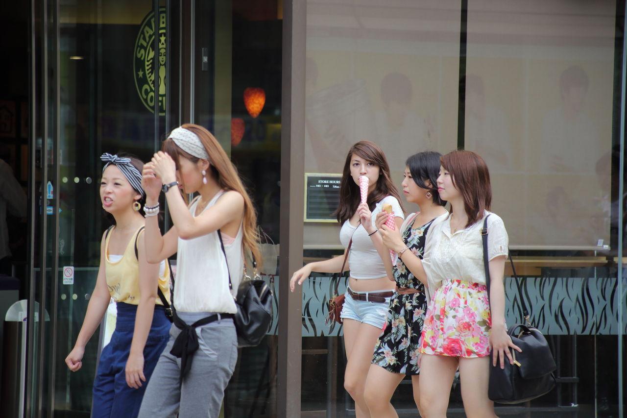 札幌の街、ムチムチ爆乳おっぱいの女の子が普通に歩いている